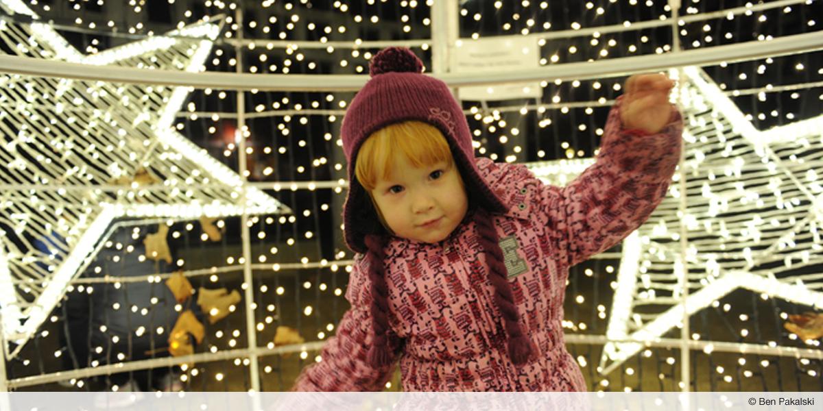 Kind in der Weihnachtskugel by Ben Pakalski